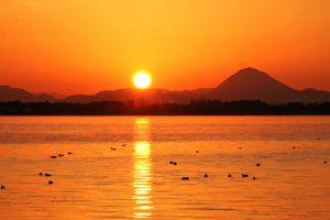 琵琶湖と三上山・日の出